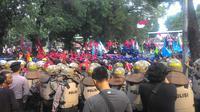 Massa buruh di Kemenpar (Liputan6.com/ Ahmad Romadoni)