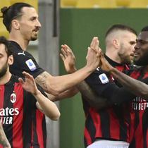Franck Kessie dari Milan, kanan, merayakan bersama rekan setimnya Ante Rebic dan Zlatan Ibrahimovic setelah mencetak gol kedua timnya dalam pertandingan sepak bola Serie A Italia antara Parma dan Milan di stadion Ennio Tardini di Parma, Italia, Sabtu, 10