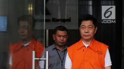 Pemilik CV AT, Anthony Liando dikawal petugas usai menjani pemeriksaan perdana pasca ditahan di gedung KPK, Jakarta, Rabu (31/10). Anthony diperiksa sebagai tersangka terkait  suap upaya pengurangan pajak yang harus dibayar. (Merdeka.com/Dwi Narwoko)