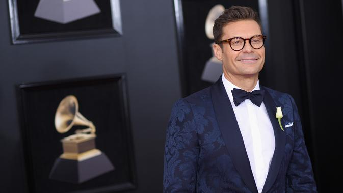Pembawa acara Ryan Seacrest menyematkan mawar putih pada jasnya saat berjalan di karpet merah Grammy Awards 2018, New York, Minggu (28/1). Mereka memilih putih untuk mendukung MeToo, gerakan melawan pelecehan seksual (Dimitrios Kambouris/GETTY IMAGES/AFP)