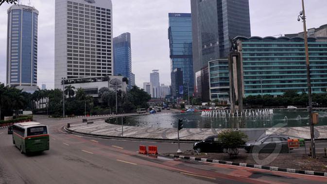 Arus lalulintas di kawasan Jalan Sudirman-MH Thamrin, Jakarta, tampak lengang, Kamis (19/2/2015). Perayaan Tahun Baru Imlek membuat sejumlah ruas jalan ibukota yang biasanya macet dan padat kendaraan kini tampak sepi. (/Johan Tallo)