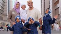 Irfan Hakim, baru saja menjalankan ibadah umrah bersama dengan keluarga besar beberapa hari yang lalu. Setibanya di Indonesia, ternyata Irfan diharuskan menjalani rawat inap di rumah sakit. (Instagram/irfanhakim75)