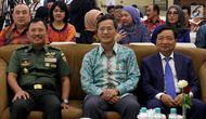 Kepala RSPAD Gatot Soebroto, dr Terawan Agus Putranto, Dubes Vietnam untuk Indonesia Pham Vinh Quang dan Licogi 16 Vietnam Hung Bui Duong saat penandatangan MoU kerjasama pengobatan dengan metode DSA di Jakarta, Senin (12/11). (Liputan6.com/Johan Tallo)
