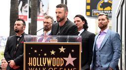 Personel boyband NSYNC Justin Timberlake memberi sambutan saat dianugrahi Hollywood Walk of Fame di Los Angeles (30/4). NSYNC menerima persembahan khusus berupa bintang di Hollywood Walk of Fame. (Jordan Strauss / Invision / AP)