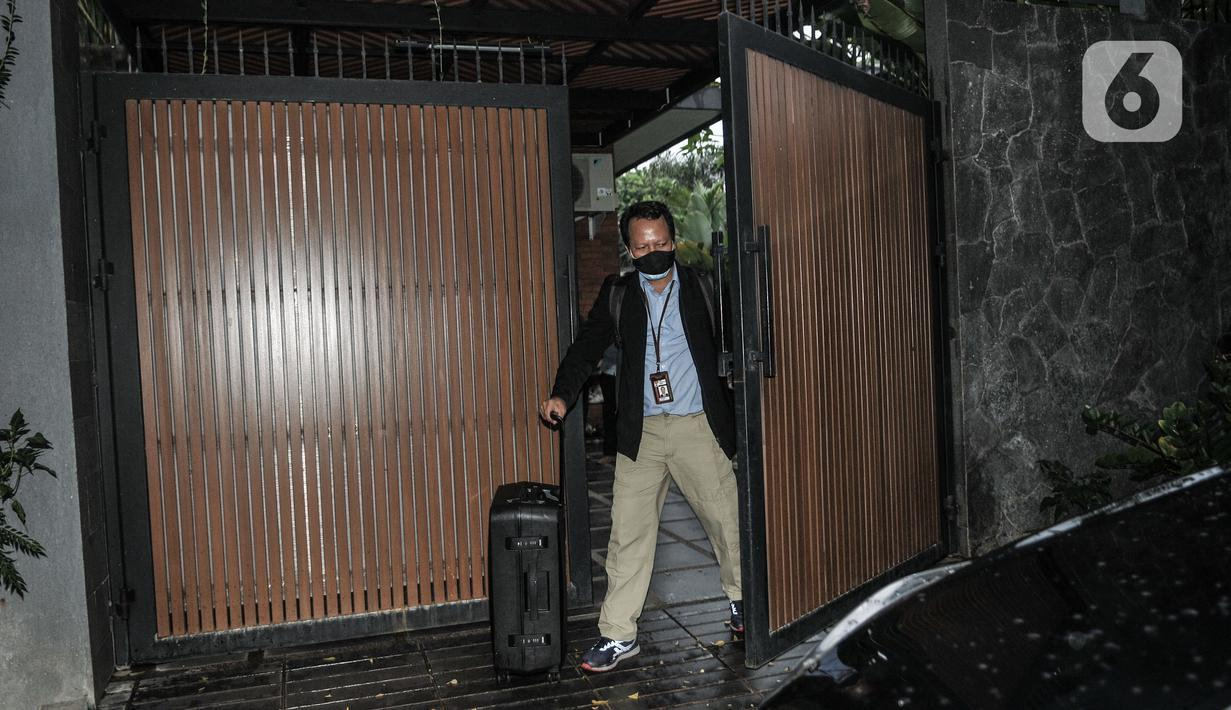 Penyidik KPK membawa koper usai menggeledah kediaman politisi PDIP Ihsan Yunus di kawasan Kayu Putih, Pulogadung, Jakarta, Rabu (24/2/2021). Dalam penggeledahan tersebut KPK mengerahkan 10 penyidik dan membawa dua koper saat keluar dari kediaman Ihsan Yunus. (merdeka.com/Iqbal S. Nugroho)