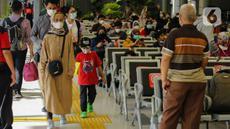 Calon penumpang membawa anaknya berjalan di Stasiun Senen, Jakarta, Sabtu (23/10/2021). PT Kereta Api Indonesia (Persero) kembali memperbolehkan anak-anak usia di bawah 12 tahun naik KA Jarak jauh mulai 22 Oktober 2021. (Liputan6.com/Faizal Fanani)