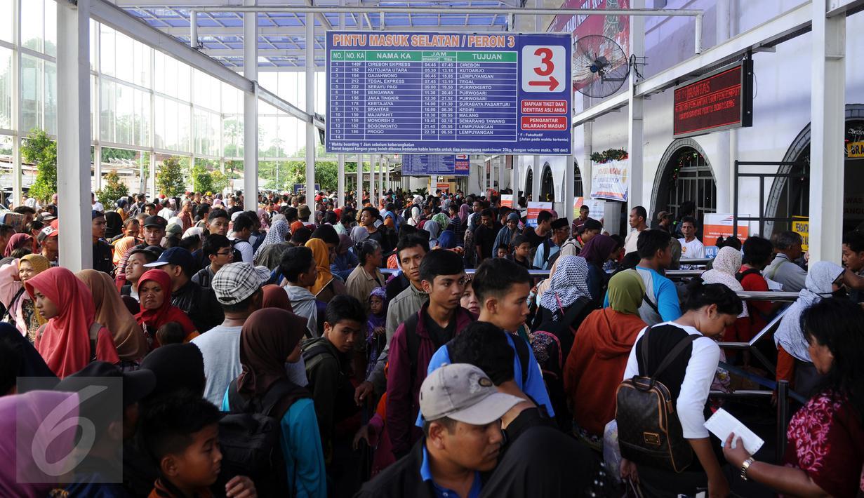 Ribuan calon penumpang memadati depan pintu masuk Stasiun Senen Jakarta, Sabtu (2/1/2016). Hingga pukul 15.15 WIB, 10.345 penumpang telah diberangkatkan dari Stasiun Senen menuju sejumlah kota di pulau Jawa. (Liputan6.com/Helmi Fithriansyah)