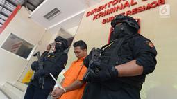 Tersangka ditunjukkan kepada wartawan ketika rilis tindak pencurian dengan kekerasan di Polda Metro Jaya, Sabtu (29/6/2019). AS (31), pengemudi taksi online, ditangkap setelah sebelumnya berhasil menggasak uang senilai Rp4 juta dari korbannya seorang wanita berinisial SDP. (merdeka.com/Imam Buhori)