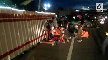 Senin dini hari sebuah kecelakaan terjadi di ruas Tol Cawang, Jakarta.