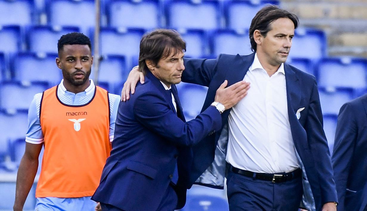 File foto 4 Oktober 2020 Pelatih Inter Milan Antonio Conte (tengah) memberi selamat kepada pelatih Lazio Simone Inzaghi (kanan) usai pertandingan Liga Serie A Italia di stadion Olimpiade di Roma. Inter resmi menunjuk Inzaghi sebagai pelatih baru menggantikan Conte. (AFP/Filippo Monteforte)