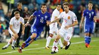 Pemain timnas Spanyol Nacho Monreal berusaha mengendalikan bola dengan kawalan pemain Israel Tomer Hemed pada kualifikasi Piala Dunia 2018 grup G di Teddi Malcha Stadium, Senin (9/10). Spanyol mendulang kemenangan dengan skor tipis 1-0. (AP/Ariel Schalit)