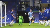 Pemain Manchester City Kevin De Bruyne (tengah) melakukan selebrasi usai mencetak gol ke gawang Manchester City pada pertandingan Liga Inggris di Stamford Bridge, London, Inggris, Minggu (3/1/2021). Manchester City mempermalukan Chelsea dengan skor 3-1. (Andy Rain/Pool via AP)