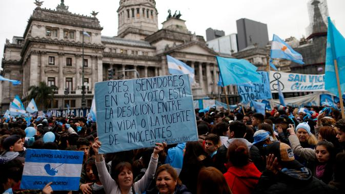Para aktivis yang menentang legalisasi aborsi berdemonstrasi di luar Kongres Nasional di Buenos Aires, Argentina, Rabu (8/8). Senat Argentina menggelar pemungutan suara terkait RUU yang akan melegalkan aborsi. (AP Photo/Natacha Pisarenko)#source%3Dgooglier%2Ecom#https%3A%2F%2Fgooglier%2Ecom%2Fpage%2F%2F10000