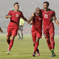 Pemain Timnas Indonesia merayakan gol yang dicetak oleh Hansamu Yama dalam final leg pertama Piala AFF 2016 antara Indonesia vs Thailand di Stadion Pakansari, Cibinong, Jawa Barat, Rabu (14/12/2016).  (Bola.com/Peksi Cahyo)