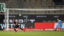 Bek werder Bremen, Ludwig Augustinsson, saat mencetak gol ke gawang Heidenheim 1846 pada laga lay-off leg kedua di Voith-Arena, Selasa (7/7/2020) dini hari WIB. Bremen bermain imbang 2-2 atas Heidenheim. (AFP/Kai Pfaffenbach/pool)