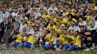 Pemain timnas Brasil merayakan gelar juara Copa America 2019 setelah mengalahkan Peru pada partai final di Maracana Stadium, Rio de Janeiro, Senin (8/7/2019) dini hari WIB. Brasil  sukses mengangkat trofi Copa America 2019 usai mengalahkan Peru dengan skor 3-1. (Carl DE SOUZA/AFP)