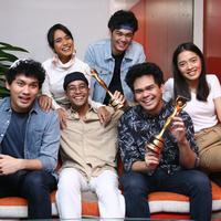 """""""Ini tentunya AMI pertama kita. Senang dan bamgga pastinya atas raihan yang kita dapatkan meski kita enggak pernah menargetkan untuk meraih award,"""" kata Gamaliel ditemui di Kantor Sony Music, Jakarta, Senin (11/12/2017). (Nurwahyunan/Bintang.com)"""