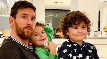 Foto dari akun Instagram pemain Barcelona Lionel Messi menunjukkan dirinya tengah berpose bersama kedua anaknya di rumah selama masa karantina wilayah (lockdown) di Spanyol pada 14 Maret 2020. (Xinhua)