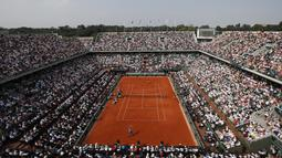Suasana pertandingan antara Rafael Ndal melawan Dominic Thiem pada final Prancis Terbuka 2018 di Roland Garros stadium, Paris, (10/6/2018). Nadal menang tiga set 6-4, 6-3, 6-2. (AP/Christophe Ena)