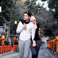 """Kemesraan pasangan ini tidak hanya di Tanah Air. Begitu juga saat sedang di Jepang. """"Ini cocok nya jadi foto majalah apaya, trubus kaliya 🤣, nurut ajadeh 📷kemauan istri 😍,"""" tulis Dimas Seto sebagai keterangan foto. (Instagram/dimasseto_1)"""