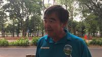 Pelatih Timor Leste, Norio Tsukitate, marah lantaran merasa terganggu dengan kehadiran Timnas Indonesia yang lebih cepat pada sesi latihan di Stadion Madya, Senayan, Minggu (11/11/2018). (Bola.com/Benediktus Gerendo Pradigdo)