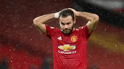 Gelandang Manchester United, Juan Mata, tampak kecewa usai ditahan imbang Chelsea pada laga Liga Inggris di Stadion Old Trafford, Minggu (25/10/2020). Kedua tim bermain imbang 0-0. (Michael Regan/Pool via AP)