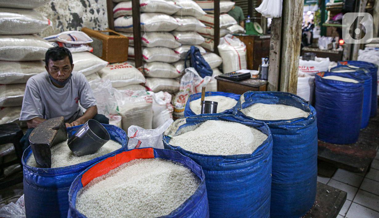 Pedagang beras menunggu pembeli di Pasar Tebet Timur, Jakarta, Jumat (11/6/2021). Kementerian Keuangan menyatakan kebijakan tarif Pajak Pertambahan Nilai (PPN), termasuk soal penerapannya pada sembilan bahan pokok (sembako), masih menunggu pembahasan lebih lanjut. (Liputan6.com/Faizal Fanani)