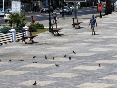 Sejumlah orang beraktivitas di sebuah jalan di Aljir, Aljazair, Senin (27/7/2020). Pemerintah Aljazair pada 26 Juli mengumumkan akan memperbarui kebijakan karantina wilayah (lockdown) parsial selama 15 hari di 29 provinsi guna mencegah penyebaran COVID-19. (Xinhua)