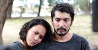 Duka mendalam sangat dirasakan oleh aktor, Abimana Aryasatya. Ie Siu Khiauw ibu dari Abimana meninggal dunia pada Jumat 6 Januari 2017 sekitar pukul 15.00 WIB. (Deki Prayoga/Bintang.com)
