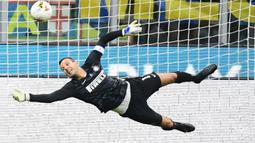Samir Handanovic. Setara dengan Fabian Klos, kiper Inter Milan asal Slovenia ini telah tampil dalam 323 laga dalam 10 tahun terakhir di Liga Italia. Ia lebih unggul di menit bermain dibandingkan Fabian Klos dengan perbandingan 28.941 menit berbanding 25.574 menit. (AFP/Miguel Medina)