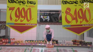Pekerja tengah menata daging potong di salah satu pusat perbelanjaan di Jakarta, Rabu (15/5/2019). Badan Pusat Statistik (BPS) mencatat impor daging beku mengalami peningkatan 24,12 persen  selama bulan Ramadan. (Liputan6.com/ Angga Yuniar)