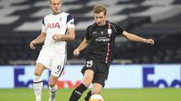 Pemain Tottenham Hotspur, Gareth Bale (kiri), mencoba menghadang pemain LASK, Marko Raguz, dalam laga Liga Europa 2020/2021. (Adam Davy/Pool via AP)
