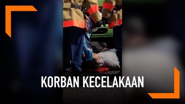 Truk menabrak seorang pejalan kaki di Tokyo. Korban terjebak di kolong truk dan berhasil diselamatkan.