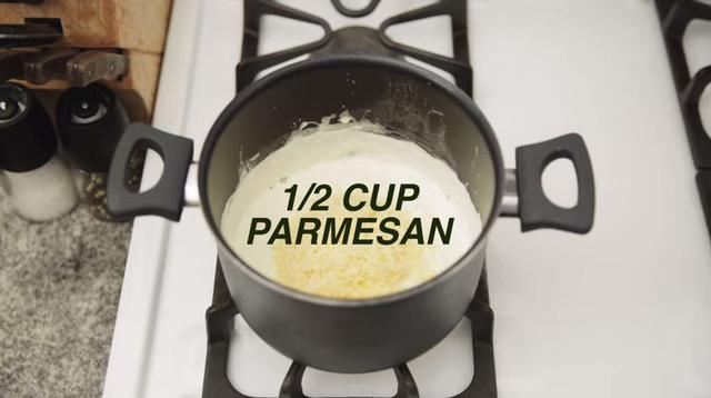 Masukkan keju parmesan (Via: youtube.com)