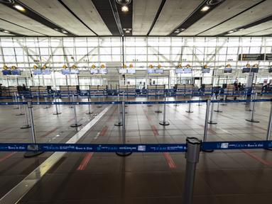 Pemandangan area check-in di Bandara Internasional Arturo Merino Benitez di Santiago setelah Chile menutup perbatasannya, Senin (5/4/2021). Kasus COVID-19 melonjak di Chile meskipun negara tersebut diketahui sebagai salah satu negara dengan proses vaksinasi tercepat di dunia. (MARTIN BERNETTI/AFP)
