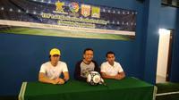 Ketua Yayasan Al Azhar Syifa Budi, Hamid Chalid (tengah) memberi keterangan soal Saelan Indoor Soccer Arena (Liputan6.com/Defri Saefullah)