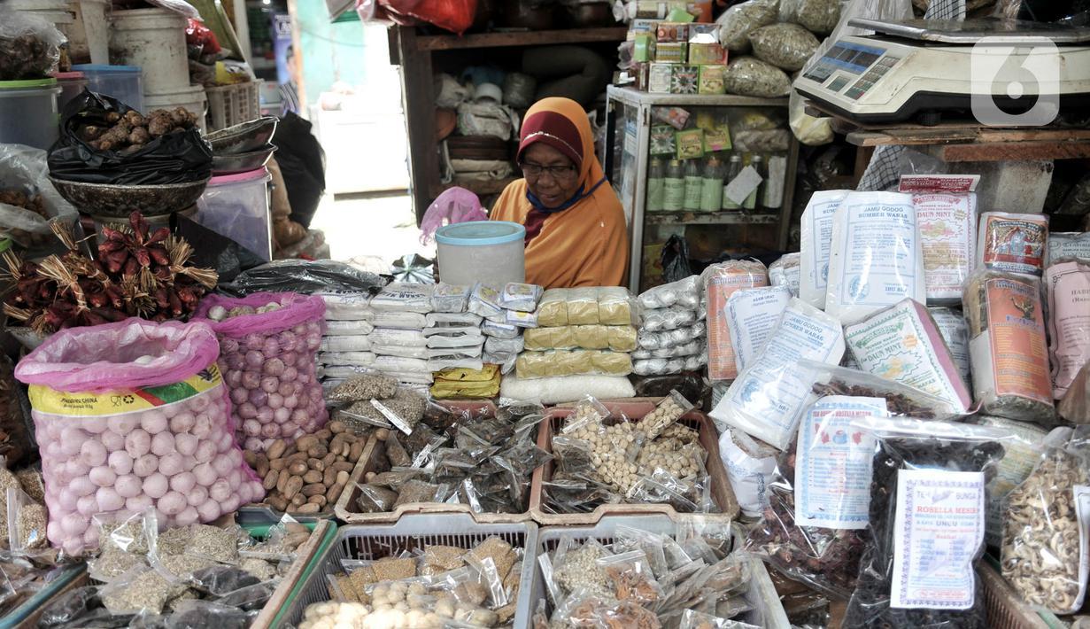 Pedagang jamu rempah-rempah menunggu pembeli di Pasar Jatinegara, Jakarta, Kamis (26/3/2020). Merebaknya pandemi virus corona COVID-19 membuat penjualan jamu rempah-rempah seperti jahe, temulawak, dan kunyit meningkat pesat. (merdeka.com/Iqbal S. Nugroho)