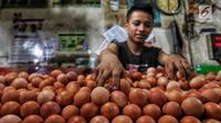 Pedagang menata telur dagangannya di Pasar Kebayoran Lama, Jakarta, Kamis (2/5/2019). Harga kebutuhan pokok mengalami kenaikan menjelang bulan suci Ramadan. (Liputan6.com/JohanTallo)