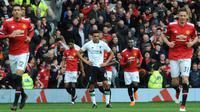 Ekspresi pemain Liverpool, Trent Alexander Arnold (tengah) saat melawan Manchester United (MU) dalam pertandingan Liga Inggris di Old Trafford, Manchester, Inggris, Sabtu (10/3). MU menang dengan skor 2-1 atas Liverpool. (AP Photo/Rui Vieira)