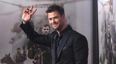 Gaya Macho Chris Hemsworth di Pemutaran Perdana Film 12 Strong