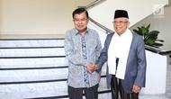 Wakil Presiden terpilih Ma'ruf Amin berjabat tangan dengan Wakil Presiden Jusuf Kalla usai bertemu di Kantor Wakil Presiden, Jakarta, Kamis (4/7/2019). Pertemuan JK dan Ma'ruf hari ini diketahui untuk bertukar informasi terkait tugas sebagai wakil presiden. (Liputan6.com/Angga Yuniar)