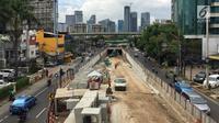 Sejumlah pekerja menyelesaikan pembangunan proyek underpass Mampang-Kuningan, Jakarta, Senin (29/1). Proyek terowongan ini molor disebabkan adanya instalasi kabel PT PGN dan Palyja yang belum bisa dipindahkan. (Liputan6.com/Immanuel Antonius)