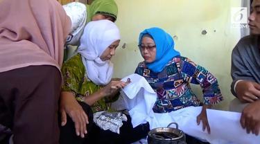 Puluhan ibu rumah tangga belajar membatik di Hari Batik Nasional.