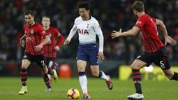Gelandang Tottenham, Son Heung-Min, menggiring bola saat melawan Southampton pada laga Premier League di Stadion Wembley, London, Rabu (5/12). Tottenham menang 3-1 atas Southampton. (AFP/Ian Kington)