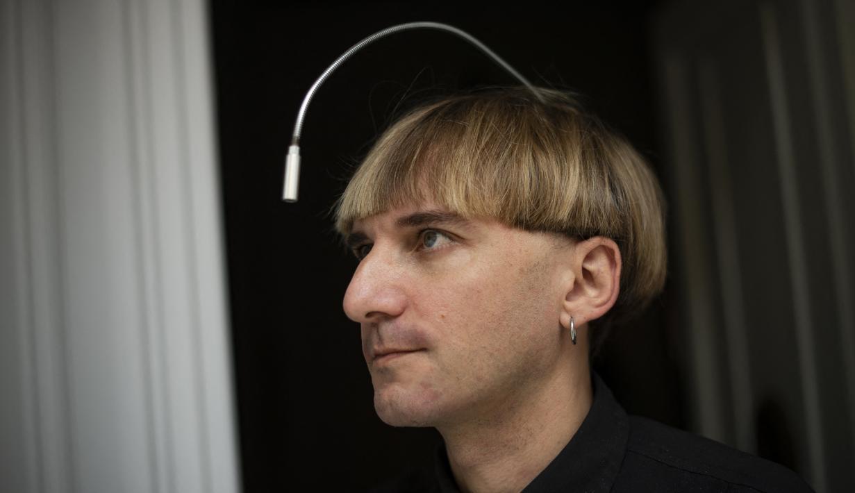 Artis cyborg Inggris-Irlandia kelahiran Spanyol dan aktivis transpesi Neil Harbisson, berpose di Mataro dekat Barcelona pada 23 September 2021. Neil Harbisson terkenal sebagai orang pertama di dunia yang memasang antena di tengkoraknya. (Josep LAGO / AFP)