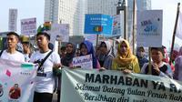 Beragam tulisan menyambut datangnya bulan Ramadan dibawa sejumlah remaja saat acara Car Free Day di Bundaran Hotel Indonesia, Jakarta, Minggu (13/5). Mereka mengajak warga untuk menyambut bulan suci bagi umat muslim. (Liputan6.com/Helmi Fithriansyah)