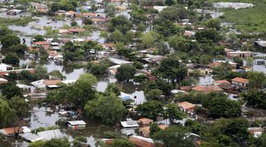 Pandangan udara saat sebagian rumah terendam banjir di Asuncion, Paraguay, Senin (28/12). Bencana banjir di negara wilayah Amerika Selatan itu bahkan disebut sebagai yang paling parah dalam kurun waktu 23 tahun terakhir. (REUTERS/Jorge Adorno)