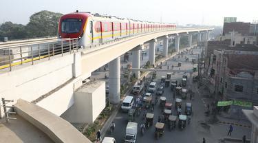 Kereta Orange Line tiba di stasiun kereta bawah tanah di Lahore, Pakistan, 26 Oktober 2020. Orange Line, layanan kereta metro pertama Pakistan, pada Minggu (25/10) mulai beroperasi secara komersial di Lahore, membuka tahap baru sektor transportasi umum di negara Asia Selatan itu. (Xinhua/Liu Tian)