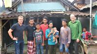 Matt Damon saat berkunjung ke rumah warga pelanggan PDAM bernama Sujarno di Batang, Jawa Tengah, Indonesia untuk melihat dampak kemajuan program organisasi Water.org yang didirikannya. (Water.org)