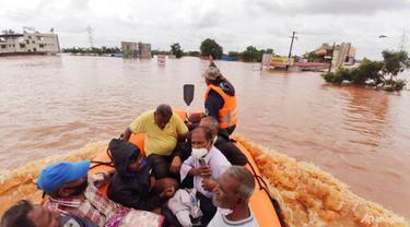Orang-orang yang terdampar di air banjir diselamatkan Kolhapur di negara bagian Maharashtra barat, India, 24 Juli 2021. (Foto: AP)